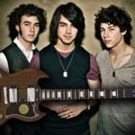 Guitarra dos Jonas Brothers autografada