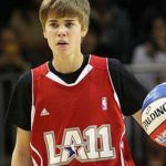 Foto de Justin Bieber jogando basquete no All Star Game da NBA.